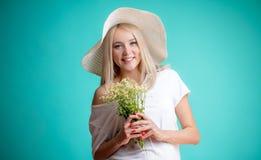 有更喜欢春黄菊的长的公平的头发的漂亮的女人 免版税图库摄影