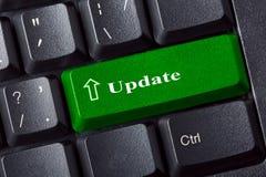 有更新绿色钥匙标签题字的概念性键盘 计算机概念例证挂锁保护证券服务器向量 关闭视图 免版税图库摄影