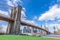 有曼哈顿街市的布鲁克林大桥和都市风景在与清楚的天空蔚蓝纽约美国的好日子 免版税库存图片