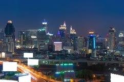 有曼谷都市风景的广告牌,在暮色时间的现代大厦 免版税库存照片