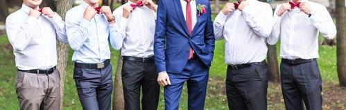 有最佳的人和男傧相的新郎婚礼的 库存照片