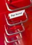 有最高机密的卡片的红色文件柜 库存图片
