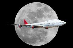 有月亮的乘客飞机在黑背景 免版税图库摄影