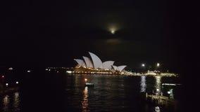 有月亮的悉尼歌剧院 库存照片