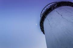 有月亮的灯塔在天空 库存照片