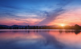 有月出的Mountain湖在晚上 背景美好的图象安装横向晚上照片表使用 图库摄影