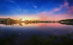有月出的Mountain湖在晚上 背景美好的图象安装横向晚上照片表使用 免版税库存照片
