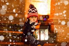 有有一个轻的灯笼的小逗人喜爱的孩子男孩在台阶临近教会 免版税库存图片