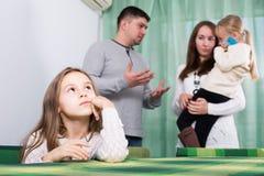 有有两个的小孩的家庭冲突在家 库存照片