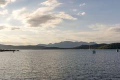 有有些小船的平安的海 免版税库存照片