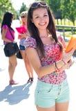有有些朋友的俏丽的学生女孩在学校以后 库存照片