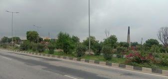 有有些树的印度路 库存图片