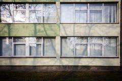 有有些窗口的现代墙壁 免版税库存照片