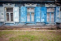有有些窗口的老蓝色墙壁 免版税图库摄影