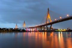 有有光反射的/大桥梁的美丽的大Bhumibol桥梁在河 库存照片