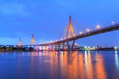 有有光反射的/大桥梁的美丽的大Bhumibol桥梁在河 库存图片