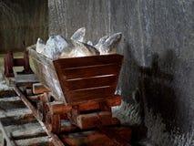 有有启发性盐石头的老矿无盖货车在图尔达盐矿 库存图片
