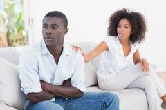 有有吸引力的夫妇在长沙发的一个论据 库存照片