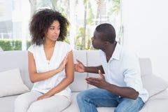 有有吸引力的夫妇在长沙发的一个论据 免版税库存照片