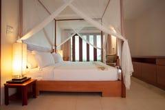有有四根帐杆的卧床床的睡房 免版税库存图片
