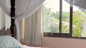 有有四根帐杆的卧床床的美丽的卧室在雨林的豪华私有假日别墅租务在亚洲 巴厘岛,斯里兰卡 股票录像