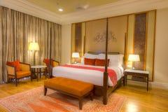 有有四根帐杆的卧床河床、闪亮指示和镶花地板的空间 免版税库存图片