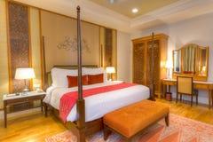 有有四根帐杆的卧床河床和其他家具的空间 库存图片
