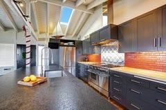 有有圆顶木天花板的豪华美丽的黑暗的现代厨房 免版税图库摄影