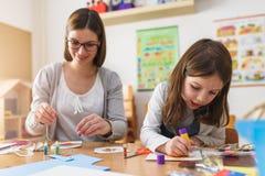 有有她的孩子的母亲创造性和乐趣时间图画 库存图片