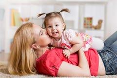 有有她的婴孩的年轻母亲乐趣消遣 库存图片