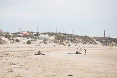 有有水橇板的人们在含沙岸 免版税库存照片