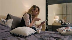 有有的片剂的秀丽十几岁的女孩与朋友的录影闲谈,谈的新闻 股票录像