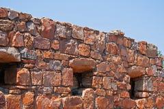 有有窗口开头的老堡垒墙壁 免版税库存照片
