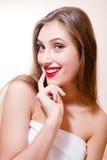 有有红色嘴唇愉快的微笑的看的照相机的乐趣快乐的美丽的妇女在轻的拷贝空间背景特写镜头画象 库存图片