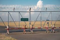 有有限的标志的铁丝网篱芭 图库摄影