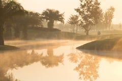有有雾的高尔夫球场早晨 免版税图库摄影