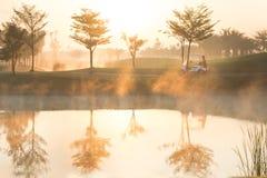 有有雾的高尔夫球场早晨 免版税库存图片
