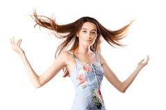 有有风头发的美丽的深色的女孩 免版税图库摄影