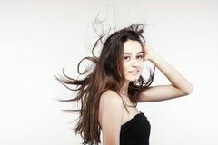有有风头发的美丽的深色的女孩 免版税库存图片