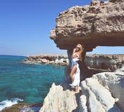 有有风头发的妇女在Cavo格雷科位置附近的地中海 免版税库存照片