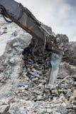 有有水力破碎机的挖掘机胳膊 免版税图库摄影