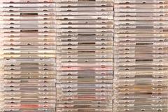 有有CDs的许多不同的箱子 空白背景概念性绿色查出的梨 库存照片