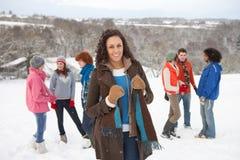 有朋友的乐趣横向多雪的年轻人 库存照片