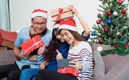 有朋友的圣诞派对,与微笑的fa的亚洲妇女selfie 库存图片