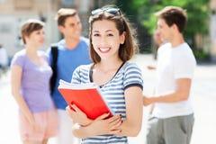 有朋友的女学生 免版税库存照片