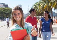 有朋友的白种人女学生在城市 免版税库存图片