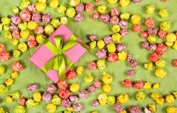 有服从绿色的弓和的焦糖的桃红色礼物盒 免版税库存图片