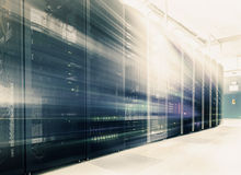 有服务器硬件行的室在数据中心 免版税库存照片