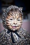 有服装的狂欢节的小女孩和构成 免版税库存图片