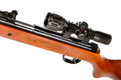 有望远瞄准镜和木靶垛的气枪 库存图片